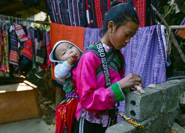 Bé gái người H'mong ở tỉnh Lào Cai, Việt Nam - Sputnik Việt Nam
