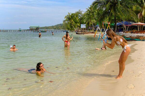 Du khách chụp ảnh trên bãi Sao ở Phú Quốc, Việt Nam - Sputnik Việt Nam