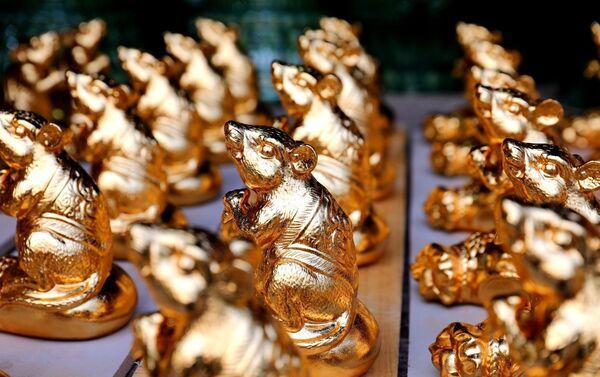 Sản phẩm gốm Kỳ Linh Canh Tý hoàn thiện chuẩn bị cho bày bán phục Tết Canh Tý, Bát Tràng, Việt Nam - Sputnik Việt Nam