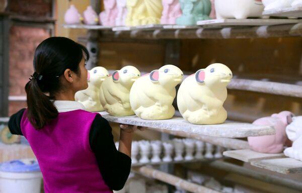 Các công đoạn hoàn thành chuẩn bị cho lên lò nung để ra được sản phẩm gốm Kỳ Linh Canh Tý, Bát Tràng, Việt Nam - Sputnik Việt Nam