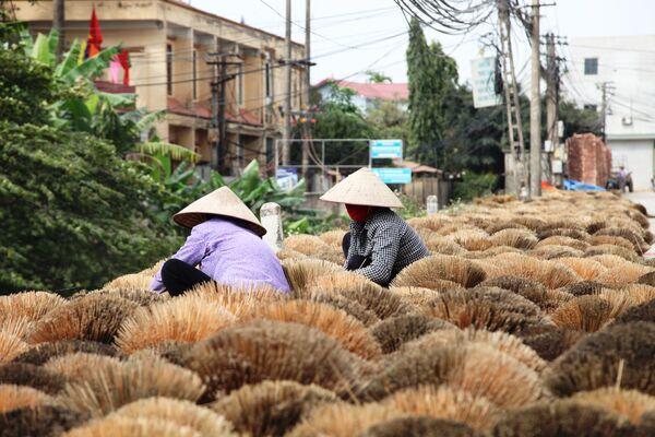 Công nhân rải bó tăm hương để phơi khô  - Sputnik Việt Nam