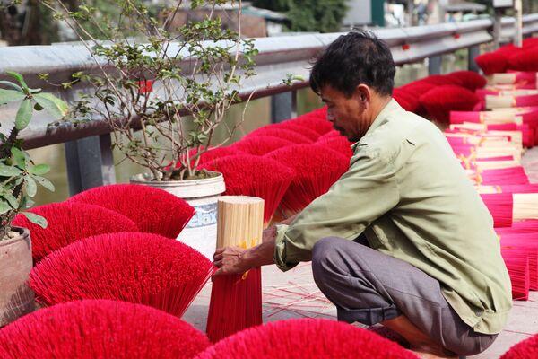 Người đàn ông bó tăm hương đã nhuộm màu đỏ - Sputnik Việt Nam