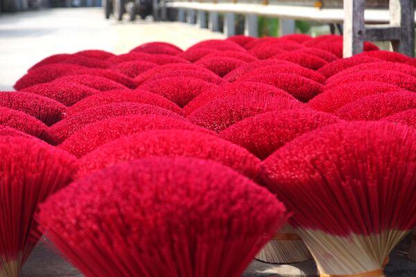 Những bó tăm hương phơi khô trên đường phố  - Sputnik Việt Nam
