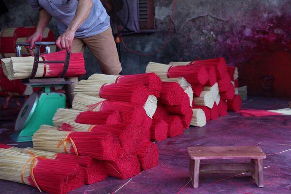Tăm hương đã qua xử lý và nhuộm màu, sẵn sàng chờ vận chuyển  - Sputnik Việt Nam