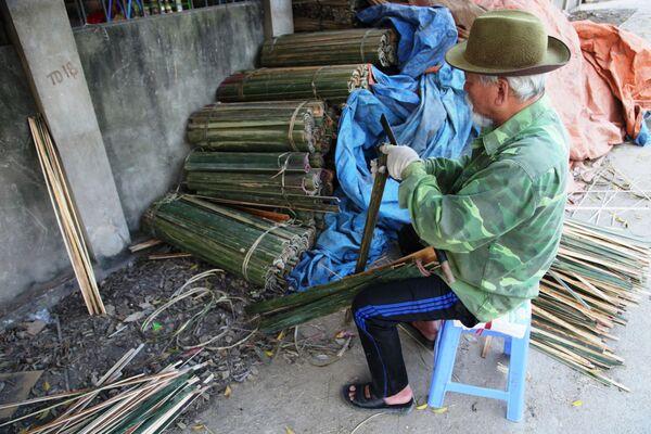 Người đàn ông dùng dao chẻ tre làm tăm hương - Sputnik Việt Nam