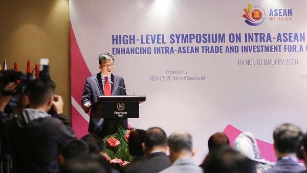 Vụ trưởng Vụ ASEAN (Bộ Ngoại giao) Vũ Hồ nhấn mạnh tầm quan trọng của việc tăng cường thương mại và đầu tư nội khối ASEAN vì một ASEAN gắn kết và chủ động thích ứng.  - Sputnik Việt Nam