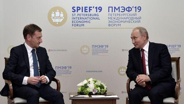Thủ tướng bang Sachsen Michael Kretschmer và tổng thống LB Nga Vladimir Putin tại Diễn đàn Kinh tế Quốc tế Saint-Petersburg 2019 - Sputnik Việt Nam