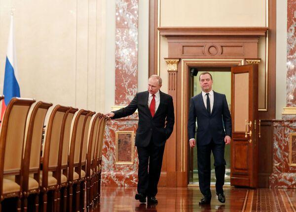 Tổng thống Vladimir Putin và Thủ tướng Dmitry Medvedev trước khi gặp các thành viên chính phủ Nga - Sputnik Việt Nam