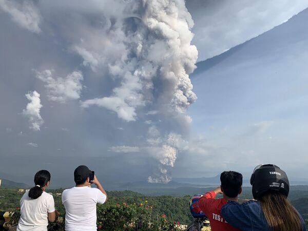 Núi lửa Taal phun trào ở Philippines - Sputnik Việt Nam