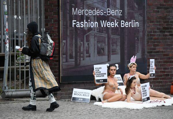 Các nhà hoạt động trong Tuần lễ thời trang Berlin - Sputnik Việt Nam