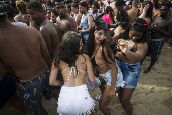 Những người tham gia lễ hội Carnival tại bãi biển Copacabana ở Brazil - Sputnik Việt Nam