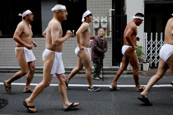 Người Nhật Bản mặc khố thi chạy  - Sputnik Việt Nam
