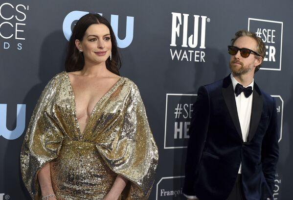 Nữ diễn viên Anne Hathaway và Adam Schulman tại Lễ trao giải Critics' Choice Awards - Sputnik Việt Nam