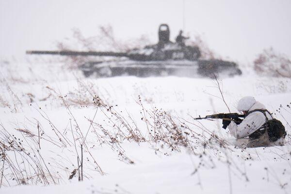 Bắn súng quân dụng khi trượt tuyết trong chương trình huấn luyện các quân nhân đơn vị cơ giới ở vùng Kemerovo, Nga - Sputnik Việt Nam