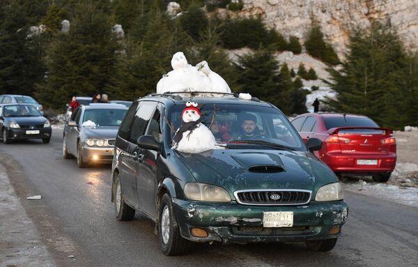 Người Syria mang tuyết bằng xe ô tô từ những ngọn núi trên bờ biển ở vùng núi Latakia - Sputnik Việt Nam