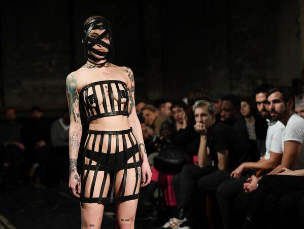 Một người mẫu trình diễn sản phẩm của Obectra tại Tuần lễ thời trang Berlin, Đức - Sputnik Việt Nam