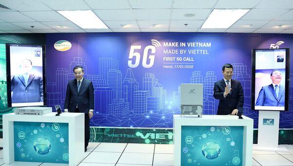 Bộ trưởng Nguyễn Mạnh Hùng và Bộ trưởng Chu Ngọc Anh thực hiện cuộc gọi video đầu tiên sử dụng đường truyền dẫn dữ liệu kết nối 5G trên thiết bị thu phát sóng gNodeB do Viettel nghiên cứu và sản xuất. - Sputnik Việt Nam