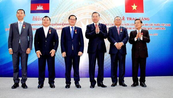 Đại tướng Tô Lâm, Bộ trưởng Bộ Công an Việt Nam trao Huân trương hữu nghị cho các cá nhân Bộ Nội vụ Vương quốc Campuchia - Sputnik Việt Nam