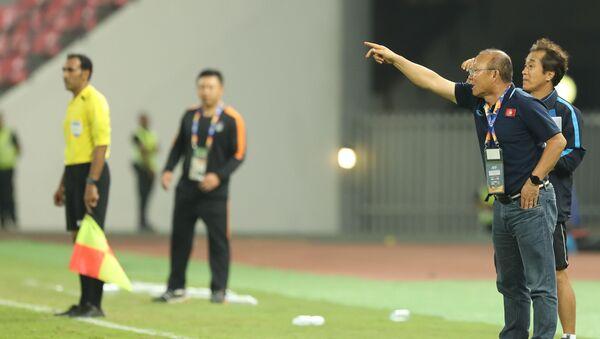 HLV Park Hang Seo chỉ đạo trận đấu từ khu kỹ thuật. - Sputnik Việt Nam
