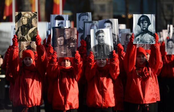 """Những người tham gia diễu hành trọng thể (Trung đoàn bất tử"""") kỷ niệm cuộc diễu hành huyền thoại 7 tháng 11 năm 1941 trên Quảng trường Đỏ Moskva - Sputnik Việt Nam"""