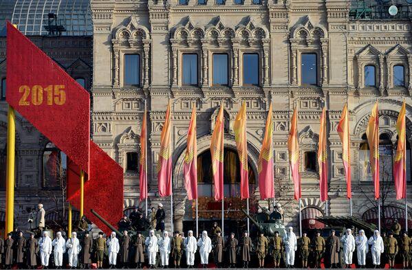 Những người lính trên Quảng trường Đỏ ở Moskva trong diễu hành long trọng kỷ niệm cuộc duyệt binh huyền thoại ngày 7 tháng 11 năm 1941 - Sputnik Việt Nam