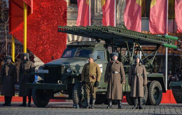 Những người tham gia diễu hành trọng thể kỷ niệm cuộc duyệt binh huyền thoại ngày 7 tháng 11 năm 1941 trên xe pháo binh BM 13 thời Thế chiến II tại Quảng trường Đỏ ở Moskva - Sputnik Việt Nam