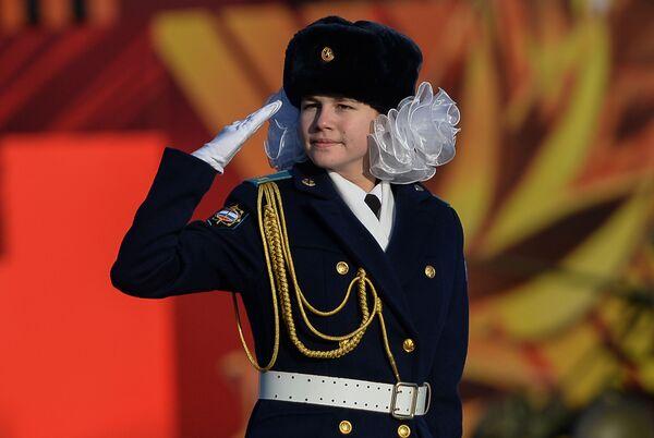 Nữ thành viên tham gia diễu hành trọng thể kỷ niệm cuộc duyệt binh huyền thoại ngày 7 tháng 11 năm 1941 trên Quảng trường Đỏ ở Moskva - Sputnik Việt Nam