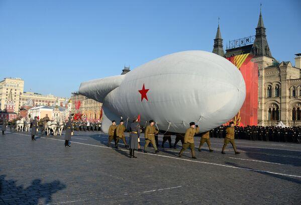 Những người tham gia diễu hành trọng thể kỷ niệm cuộc duyệt binh huyền thoại ngày 7 tháng 11 năm 1941 trên Quảng trường Đỏ ở Moskva - Sputnik Việt Nam