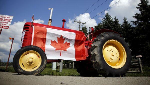 Máy kéo với quốc kỳ Canada tại tỉnh Ontario, Canada - Sputnik Việt Nam