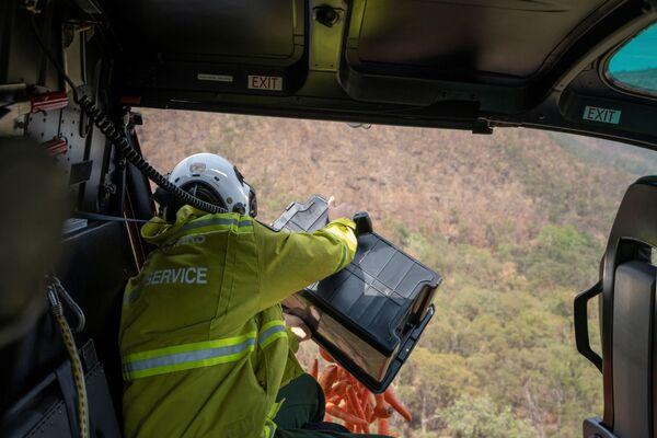 Nhân viên Công viên Quốc gia Australia thả cà rốt từ máy bay trực thăng xuống cho các con vật - Sputnik Việt Nam
