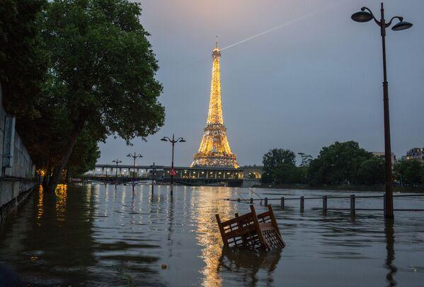 Tháp Eiffel và bờ kè sông Seine trong trận lụt ở Paris, tháng 6 năm 2016 - Sputnik Việt Nam
