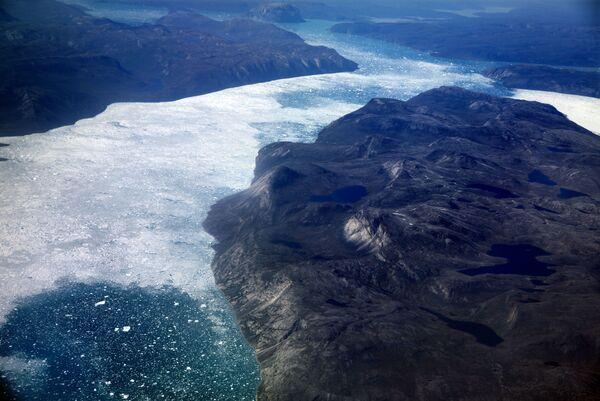 Những tảng băng trôi trong vịnh hẹp ngoài khơi Greenland, tháng 8 năm 2017 - Sputnik Việt Nam
