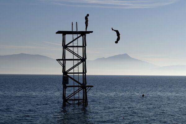 Người lặn xuống hồ Geneva tại Saint-Prex, Thụy Sĩ, năm 2015 - Sputnik Việt Nam