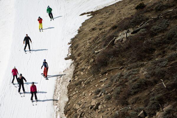 Trượt tuyết tại khu nghỉ dưỡng Squaw Valley Ski, California, rất ít tuyết rơi do hạn hán, năm 2015 - Sputnik Việt Nam