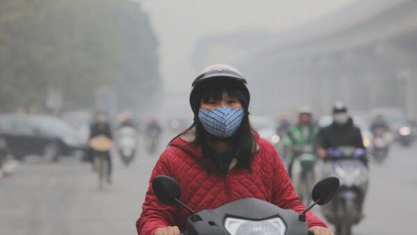 Người dân Thủ đô tham gia giao thông nên đeo khẩu trang y tế đủ tiêu chuẩn trong những ngày chỉ số ô nhiễm lên cao.  - Sputnik Việt Nam
