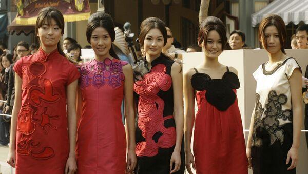 Người mẫu mặc trang phục của Vivienne Tam tại Disneyland Hồng Kông, năm 2008 - Sputnik Việt Nam