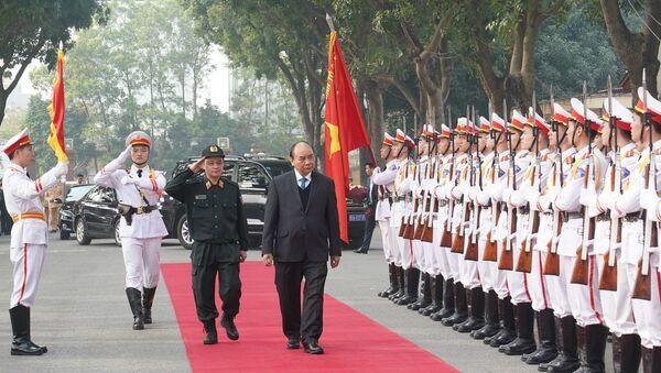 Thủ tướng Nguyễn Xuân Phúc duyệt đội danh dự. - Sputnik Việt Nam
