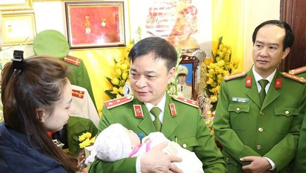 Trung tướng Phạm Quốc Cương (giữa) thăm hỏi gia đình các liệt sĩ. - Sputnik Việt Nam