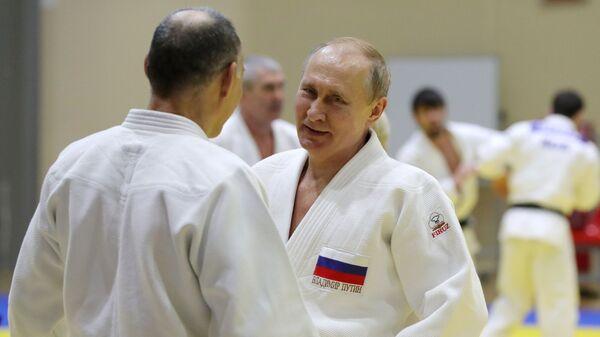 Tổng thống Nga Vladimir Putin trong buổi tập với các thành viên đội tuyển judo quốc gia Nga - Sputnik Việt Nam
