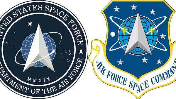 Logo mới của Lực lượng Không gian Hoa Kỳ, được thành lập vào ngày 20 tháng 12 năm 2019 và logo của Bộ Tư lệnh Không gian Không quân Hoa Kỳ tồn tại từ năm 1982 đến 2019 - Sputnik Việt Nam