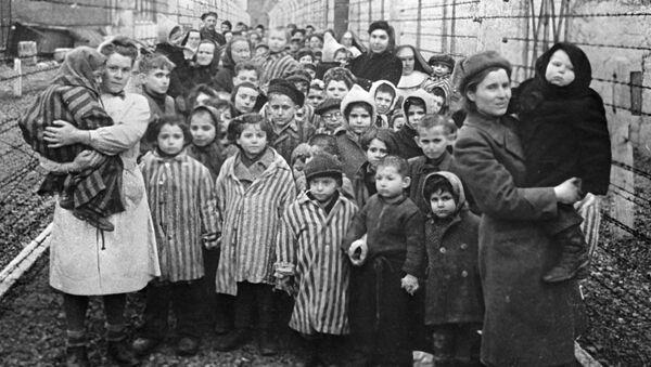 Các bác sĩ Liên Xô và đại diện Hội Chữ thập đỏ giữa các tù nhân ở Auschwitz trong những giờ phút đầu tiên khi trại được giải phóng. - Sputnik Việt Nam
