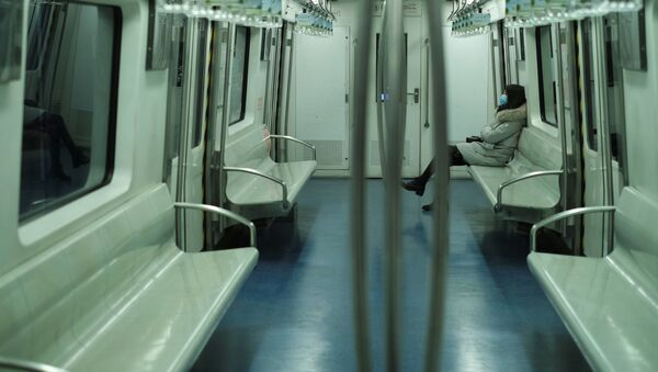Cô gái đeo mặt nạ trên tàu điện ngầm ở Bắc Kinh - Sputnik Việt Nam