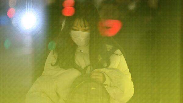 Cô gái đeo khẩu trang ở Tokyo - Sputnik Việt Nam