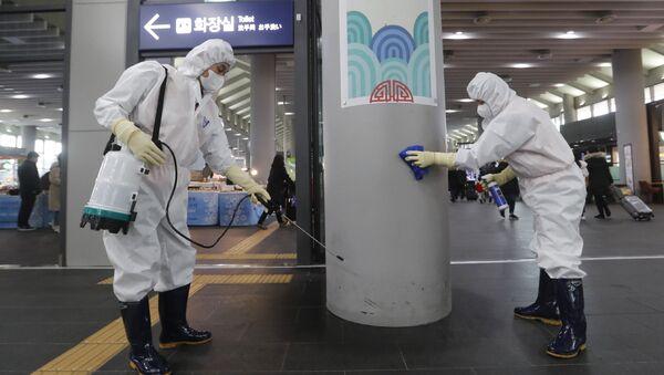 Công nhân khử trùng trạm Suceo ở Seoul như một phần của cuộc chiến chống lại coronavirus, Hàn Quốc - Sputnik Việt Nam