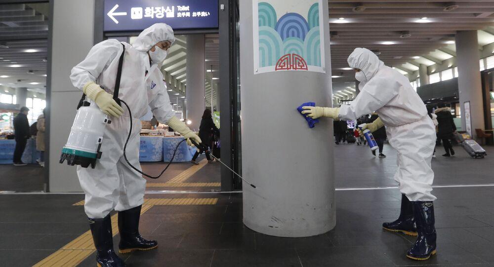 Công nhân khử trùng trạm Suceo ở Seoul như một phần của cuộc chiến chống lại coronavirus, Hàn Quốc