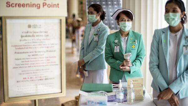 Các thành viên của nhân viên y tế đeo khẩu trang bảo vệ để chuẩn bị cho sự bùng phát của virus MERS tại một bệnh viện tư nhân ở Bangkok - Sputnik Việt Nam