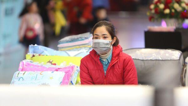 Tại các trung tâm thương mại Việt Nam nhân viên bảo vệ, nhân viên bán hàng được trang bị khẩu trang khi làm việc - Sputnik Việt Nam