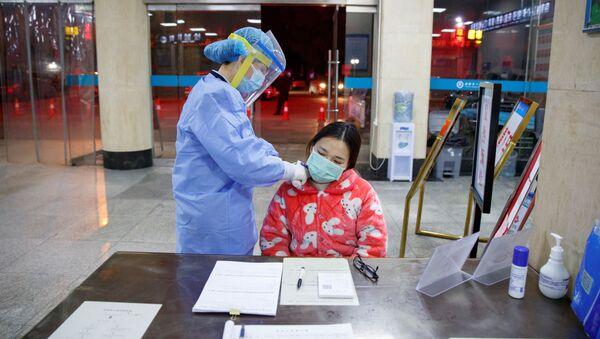 Một y tá đo nhiệt độ bệnh nhân trong bệnh viện ở quận Yueyang, tỉnh Hồ Nam, Trung Quốc - Sputnik Việt Nam