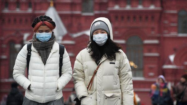 Khách du lịch nước ngoài trong mặt nạ bảo vệ trên Quảng trường Đỏ ở Moscow - Sputnik Việt Nam