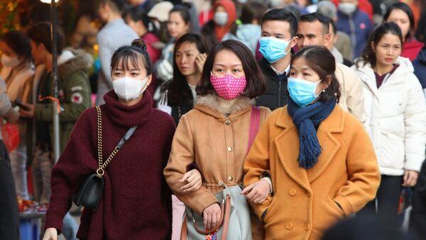Nhiều người đã có ý thức đeo khẩu trang y tế ở những chỗ đông người (ảnh chụp tại Phủ Tây Hồ, Hà Nội sáng 30/1/2020) - Sputnik Việt Nam